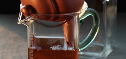 Glass Chahai with recepticle opening for resting teapot
